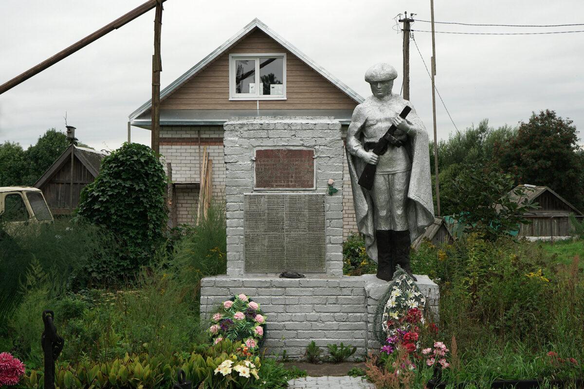 Lipizy, Soldatenstatue im Garten