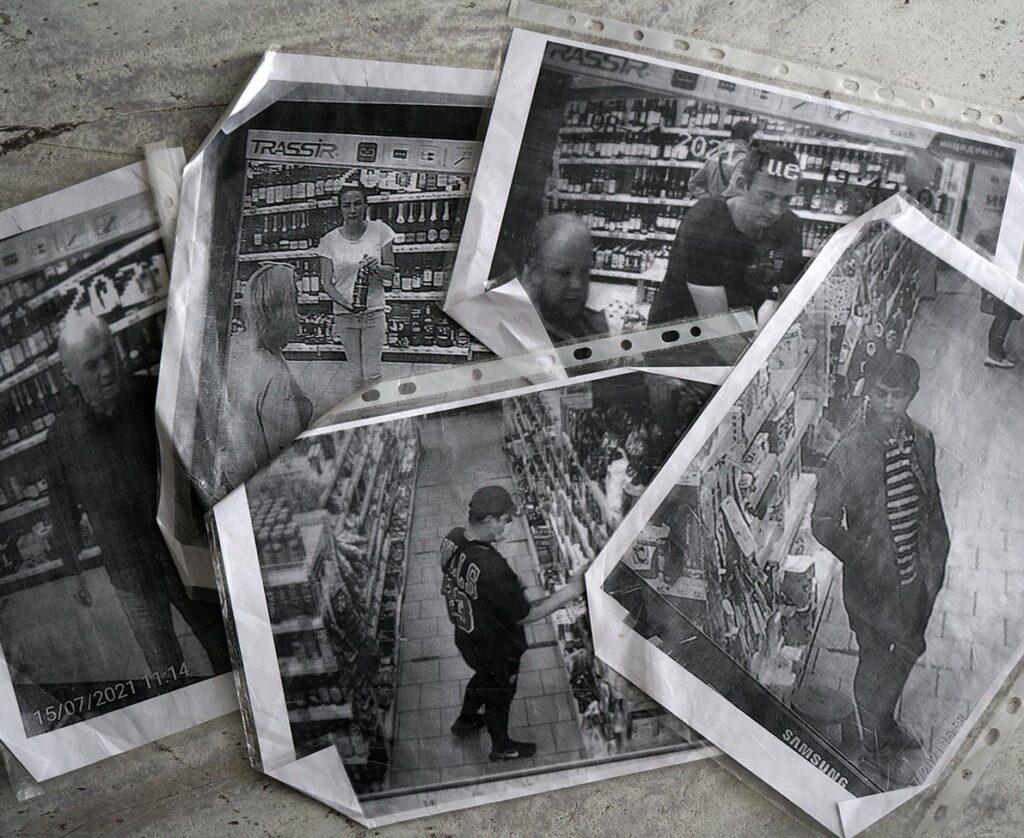 """Im Lebensmittelladen """"Pjatjorotschka"""" in Moschok: Ausgedruckte Fotos der Überwachungskamera zeigen Dorfbewohner beim Ladendiebstahl. Foto: © Frank Gaudlitz"""