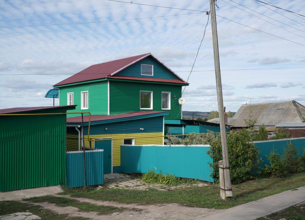 Farbenfrohes Haus in Malmysh. Foto: © Frank Gaudlitz
